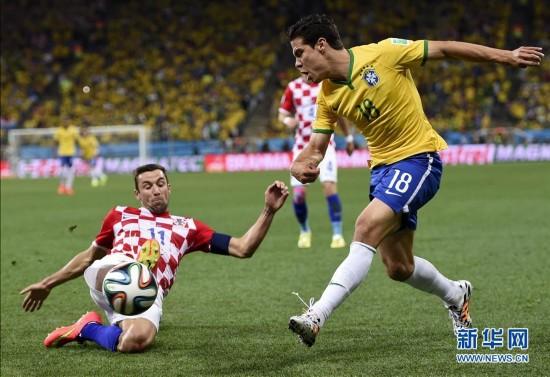 斯尔纳(左)与巴西队球员埃尔纳内斯拼抢.当日,在巴西圣保罗进图片