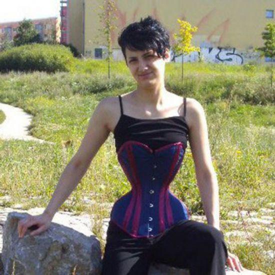 震惊!德国女子穿3年塑身衣练就水蛇腰(组图)