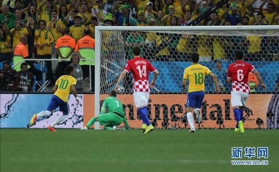 6月12日,巴西队球员内马尔(左)在比赛中射入点球.新华社记者 徐图片