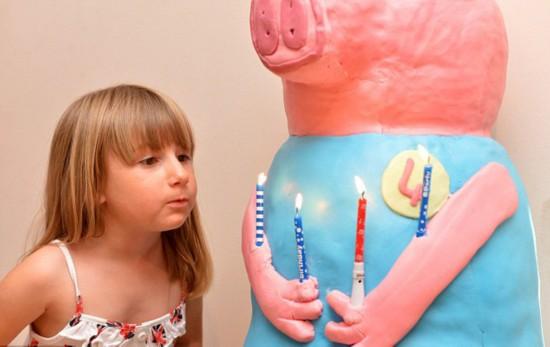 英母亲为女儿做巨型小猪蛋糕获赞