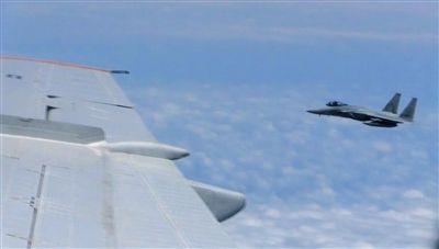 国防部网站12日公布的视频截图,日本F-15军机从中国图-154机头方向危险切入,两者最近距离约30米左右。