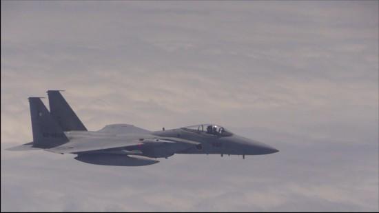 日F-15战机近距离跟踪我军战机