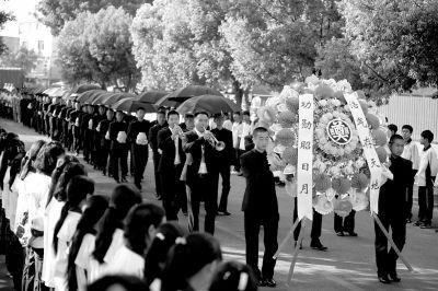 护送阵亡将士遗骸的队伍缓缓走入殇墓园。