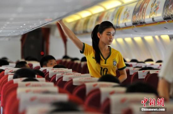 """空姐变身足球宝贝 万米高空点燃""""世界杯激情"""""""