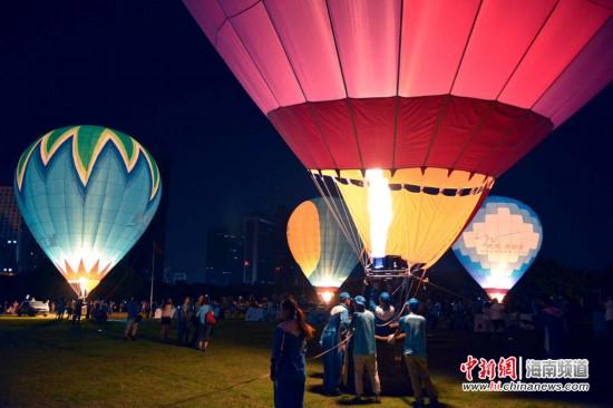 中国热气球挑战赛海口开幕 绚丽表演点亮椰城夜空