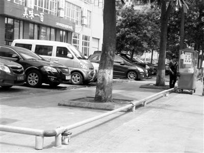 海师人行道围出停车场 城管:已下达处理通知