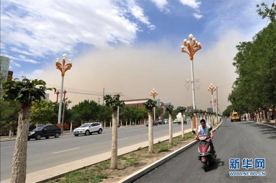 新疆哈密遭沙尘暴突袭 晴空瞬间被沙尘笼罩