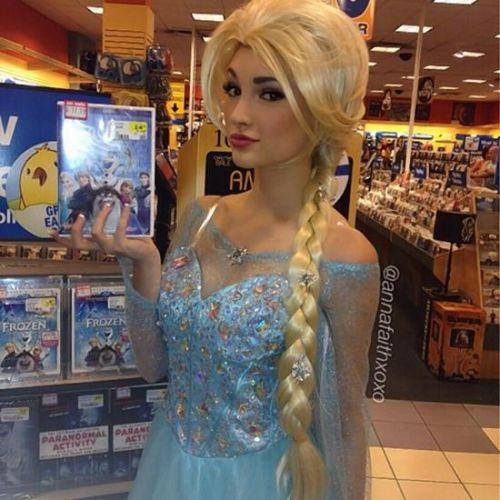 美18岁女孩酷似动画人物冰雪女王爆红