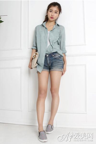 宽松衬衫+热裤 上宽下窄显瘦搭配术
