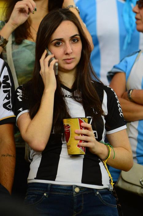 阿根廷vs波黑 球迷激情助威美女波涛汹涌
