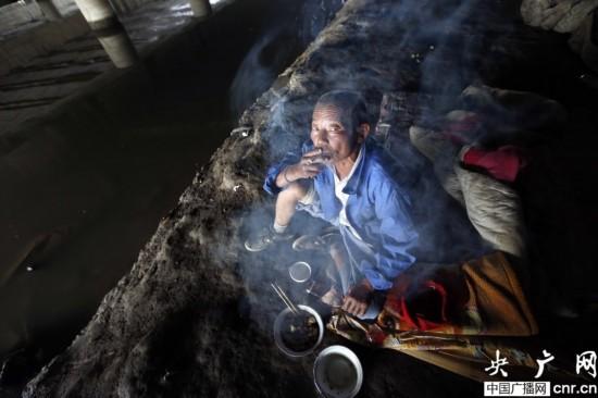 六旬翁住桥洞12年 家人接其回家被轰走