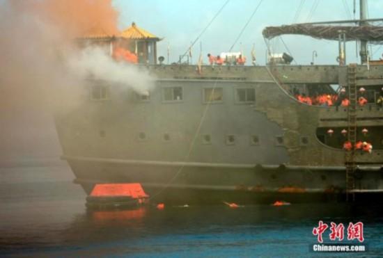 海南首次大型旅游船弃船演习在三亚举行(图)