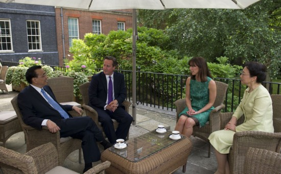 李克强总理夫妇与卡梅伦首相夫妇共进下午茶