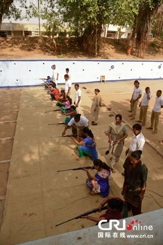 印各方组织枪械训练 增强女性自我防御能力