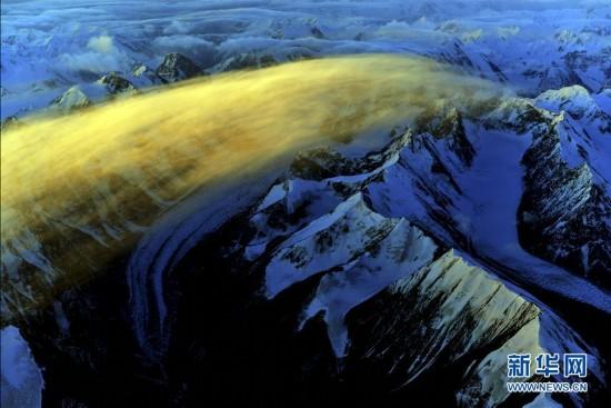 航拍新疆天山:雪山壮丽云海苍茫 蔚为壮观