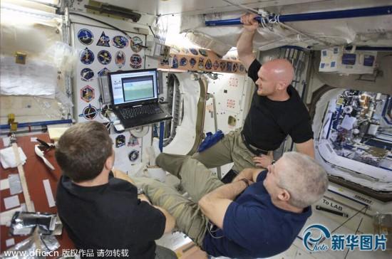 宇航员太空看球赛:通过笔记本看 不同国家遇尴
