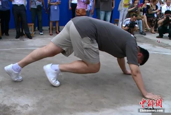 姚明四川做慈善 率小学生球队比赛被罚俯卧撑