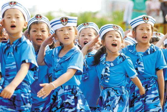 幼儿园大班500多名即将毕业的小朋友身穿迷彩服举行&
