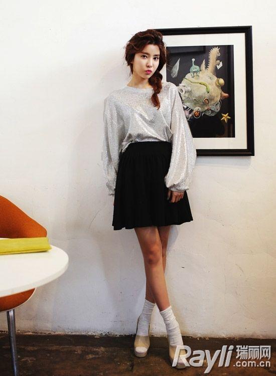 时尚银色上衣搭配黑色短裙-加一抹电气色1秒UP造型感图片