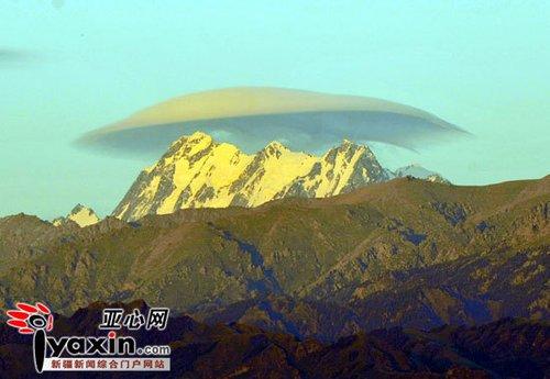 最高峰/新疆天山山脉最高峰上空出现帽子云