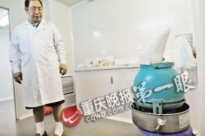 ■为保证饲养环境和野外一样,实验室里配置有加湿器。