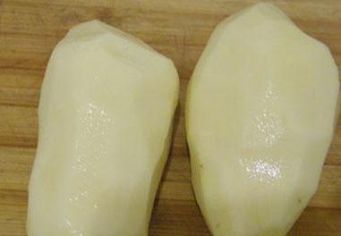 步骤1:先把土豆去皮,把土豆切成若干块,切忌一定不要切片,然后