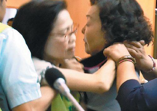 民进党与国民党议员爆发冲突场面一度混乱(图)