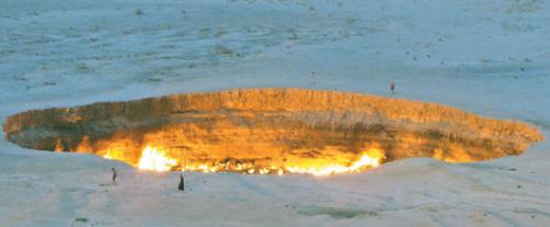 """卡拉库姆沙漠一凹坑喷火40年被称""""地狱之门"""""""