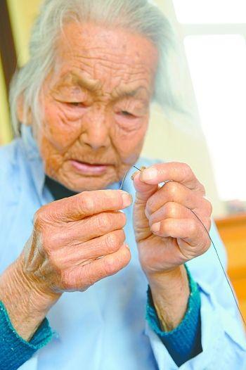 盐城105岁老人轻松穿针引线 自己种菜锄草