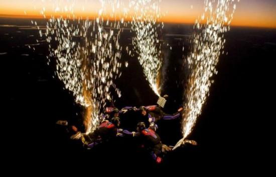 美运动员腿绑绽放烟花高空跳伞