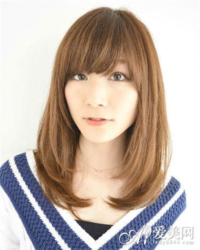 很多女生都喜欢留齐刘海来遮住自己的额头,方脸女生也很适合这个发型