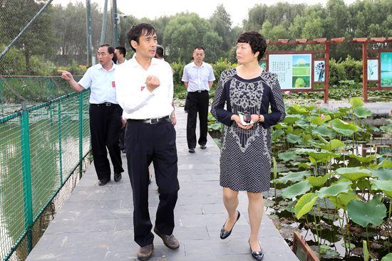 苏州银行董事长王兰凤一行莅洪考察
