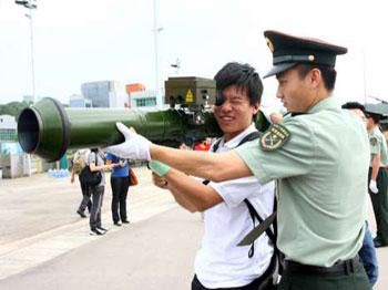 香港市民冒雨排队领驻港部队军营开放日门票-