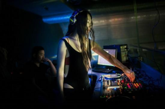 大胆 蒙古国/图为酒吧内衣着大胆的年轻女DJ。