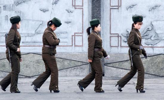 朝鲜女兵穿高跟鞋著军装背步枪巡视图片