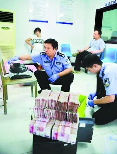 南京/在南京玄武警方刚刚收网一起贩毒案件的抓捕现场,15公斤从广东...