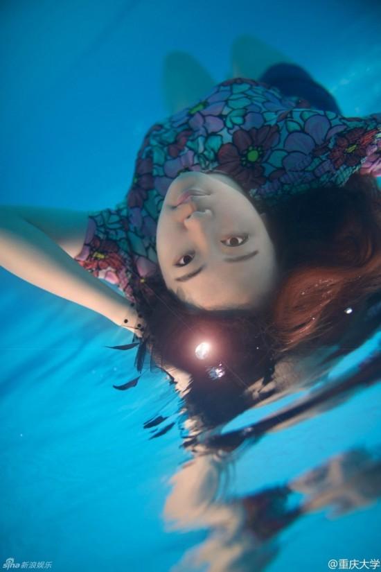 美!重大美女大学生水中拍唯美高难度毕业照图