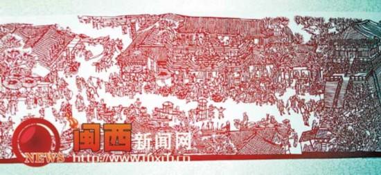 图为吴群英展示的剪纸作品《清明上河图》