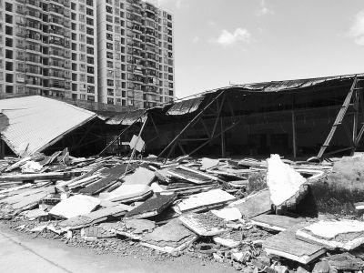海口一红木家具卖场坍塌 几十套家具被砸坏