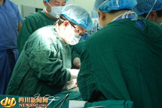 手术中,王文涛需要带上手术放大镜,专注于手术.-最长耗时手术 16