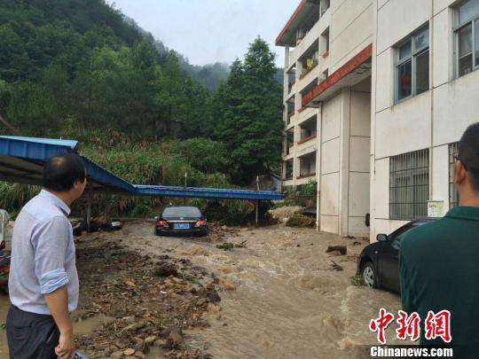 浙江磐安遇暴雨街道变游泳池学校食堂宿舍被淹