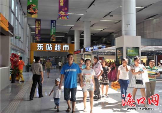 """东站国际站前商城的""""吃货街""""。记者 李汉仁 摄"""