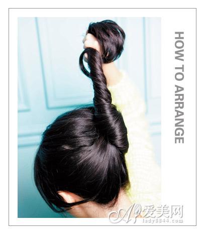 原标题:头巾的系法图解 打造时尚甜美扎发 扎发步骤:   step1