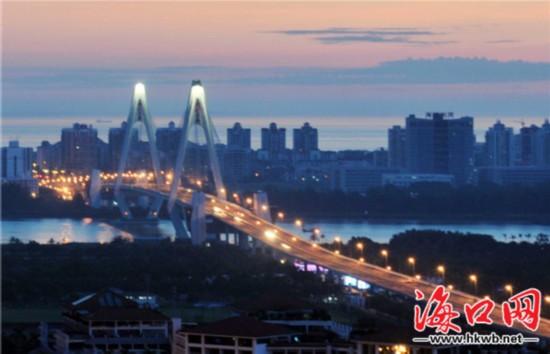 通过多种节能措施,海口多条路段的路灯在保障夜晚照明的同时,最大限度地节约能源。记者 李汉仁 摄