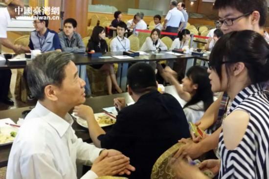 张志军与台湾学生交流互动并共进晚餐