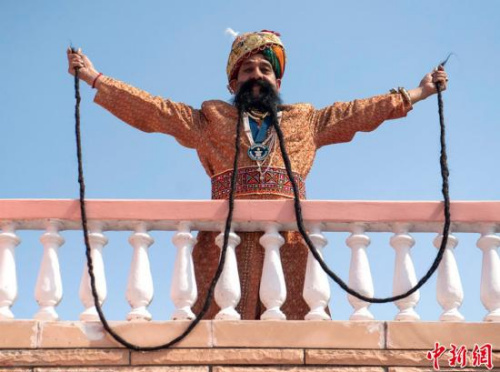 最长的胡须   印度一名58岁的男子莱姆·辛格·乔汗(ram singh chauhan)的胡子已长约4.3米,成为了世界吉尼斯纪录中胡子最长的人.