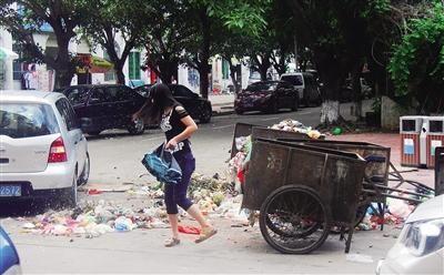 垃圾当街倒汽车占道停 海口向荣路乱糟糟