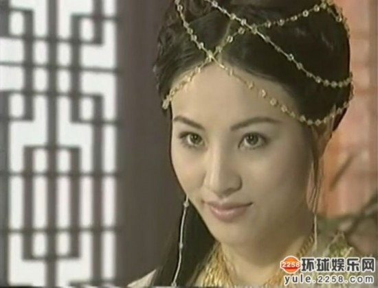 郑佳欣参演《还珠格格》,饰演抛绣球相亲的杜家大小姐——杜若兰.