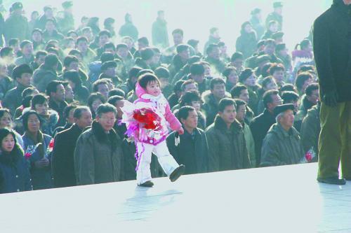 图片说明:捧着花束的朝鲜小朋友。 程维丹摄