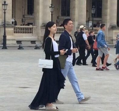 网友巴黎偶遇奶茶妹与刘强东